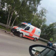 Avarija netoli Ramučių: dviratininkui prireikė medikų