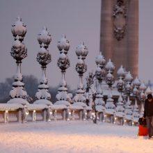 Sniegui paralyžiavus Paryžių vargsta į darbus važinėjantys žmonės