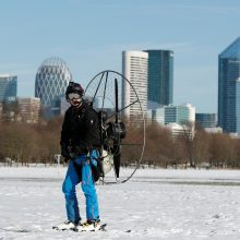 Kalnai nebūtini: Paryžiaus centre išbandė slides su varikliu