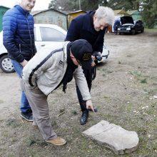Neįtikėtina: šiukšlių krūvoje rado kario paminklą