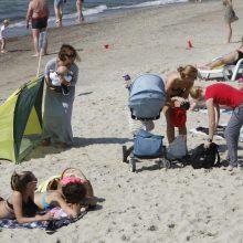 Klaipėdiečiai mėgavosi saulės spinduliais prie jūros