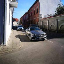 """Senamiestyje viduryje gatvės paliktas """"Mercedes-Benz"""" sulaukė ir pareigūnų dėmesio"""