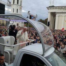 Tūkstančiai žmonių pasitinka Šventąjį Tėvą prie Vilniaus katedros (pildoma)