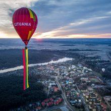 Birštone oro balionu pakilo milžiniška trispalvė