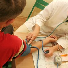 Tyrimas: lietuviai dar linkę atsidėkoti gydytojui kyšiu