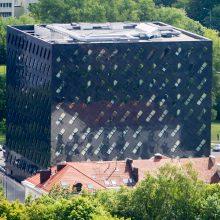 Teismų rūmų pastatas Vilniuje – su saulės jėgaine ir fontanu