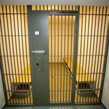 Radviliškyje į areštinę uždaryti neblaivūs vyrai, iš balkono mėtę dviračius, rūbus