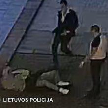 Vilniuje sumuštas jaunuolis <span style=color:red;>(policija prašo atpažinti tris vyrus)</span>
