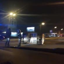 Avarija Karaliaus Mindaugo prospekte: po smūgio automobilis apvirto