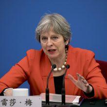 """Britanijos premjerė sutiko su svarbiomis griežtojo """"Brexit"""" šalininkų pataisomis"""