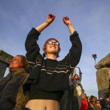 Tūkstančiai žmonių Stounhendže švenčia vasaros saulėgrįžą
