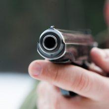 Įkaušęs vyriškis ėmė pistoletu pyškinti pro daugiabučio langą