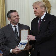 D. Trumpas septyniems amerikiečiams – įskaitant E. Presley – įteikė Laisvės medalius