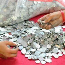Vyras grąžino 10 tūkst. dolerių skolą buvusiai žmonai... monetomis