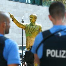 Vokietijoje iškilo provokuojanti Turkijos lyderio skulptūra