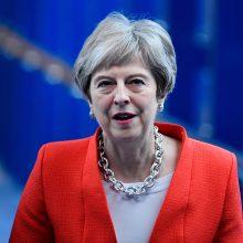 """Jungtinės Karalystės premjerės partijos nariai atmeta jos planą dėl """"Brexit"""""""