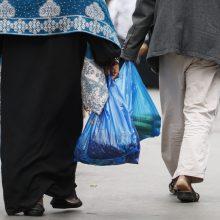 """Smurto protrūkis: uždraudus plastiką pirkėjus užvaldė """"maišelių įsiūtis"""""""