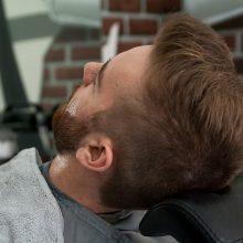 Barberių salonuose vyrai ne tik pasigražina, bet ir išsikalba