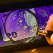 Tūkstantinę skolą jaunas klaipėdietis grąžino suvenyriniais banknotais