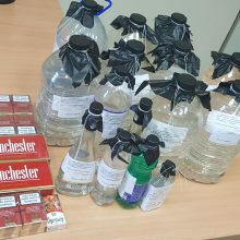"""Kauniečio namuose – ir kontrabandiniai rūkalai, ir dešimtys litrų """"naminukės"""""""