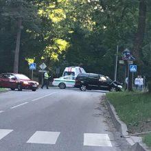 Kelio ženklo nepaisymas Alytuje baigėsi dviejų mašinų avarija, sužalota keleivė