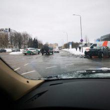 Avarijos Kaune nesibaigia – Taikos prospekte susidūrė du automobiliai