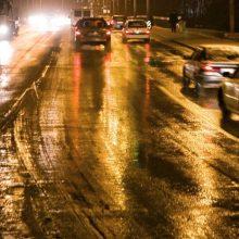 Naktį kelyje laukia išbandymai: eismą sunkins plikledis