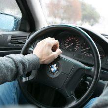 Pavojingai manevravusiam BMW vairuotojui – bauda ir teisių atėmimas