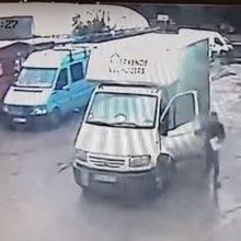 Jaunas kaunietis ieško jo automobilį apgadinusio vairuotojo