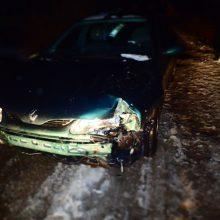 Girto vairuotojo kelionė baigėsi smūgiu į elektros stulpą