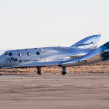 """Naujasis """"Virgin Galactic"""" erdvėlaivis išbandytas per pirmąjį sklendžiamąjį skrydį"""