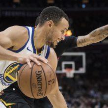 """NBA: devyni S. Curry tritaškiai į """"Cavs"""" krepšį ir užsikirtęs L. Dončičius"""