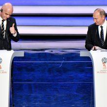 V. Putinas paspardė kamuolį su FIFA vadovu