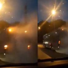 Klaipėdiečiai užfiksavo iš autobuso besiveržiančius dūmus