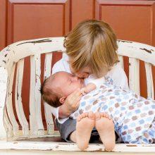 Jurbarke iš neblaivios motinos paimti du mažamečiai vaikai