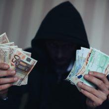 Įžūlūs sukčiai pinigus išplėšė iš moters rankų