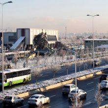 Turkijoje greitajam traukiniui įsirėžus į viaduką žuvo keturi žmonės