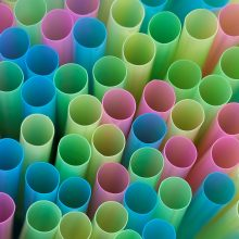 """""""Nestle"""" sparčiai mažina plastiko naudojimą"""
