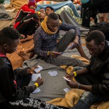 """Italija dėl migrantų """"užsakomųjų skrydžių"""" grasina uždaryti oro uostus"""