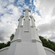 Trijų kryžių paminklas – vėl akinamai baltas
