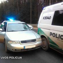 Nuo policijos sprukęs girtas vairuotojas atsitrenkė į pareigūnų automobilį