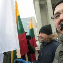 Protestuojantys policijos pareigūnai lipnia juosta užsiklijavo burnas
