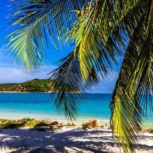 Artinantis atogrąžų audrai turistai bėga iš Tailando salų