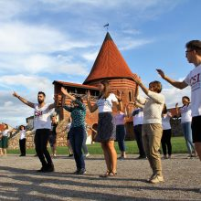 Tarptautinis jaunimas prie Kauno pilies kvietė pašokti