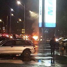 Jonavos gatvėje atvira liepsna degė automobilis <span style=color:red;>(vaizdo įrašas)</span>