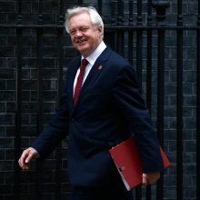 """Britanijos """"Brexit"""" ministras susitiko su vyriausiuoju ES derybininku"""