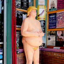 JAV: aukcione bus parduodama nuogo D. Trumpo statula