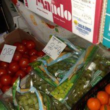 Ištuštėjusiame pigių vaisių ir daržovių turguje dirba tik du kioskai