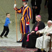 Iš mamos rankų ištrūkęs autistas berniukas neišmušė iš vėžių popiežiaus