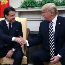 D. Trumpas Baltuosiuose rūmuose sutiko Italijos premjerą G. Contę